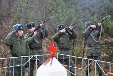 Останки четырех красноармейцев, погибших в годы Великой Отечественной войны, были сегодня перезахоронены с воинскими почестями в д.Редькино Боровского района