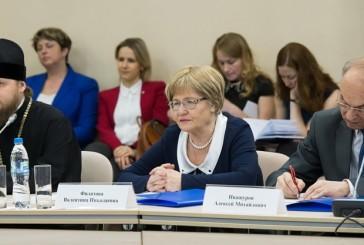 Анатолий Артамонов отметил необходимость оптимизации бюджетных расходов и совершенствования методов организации труда в медицинских организациях региона