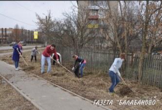 Сотрудники городской администрации вышли на субботник по уборке территорий