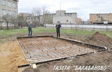 Продолжаются работы по подготовке бетонного основания для установки БМП в сквере у школы №1