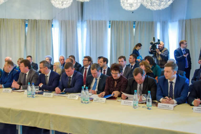 Анатолий Артамонов призвал глав муниципалитетов области установить жесткий контроль за качеством строительства спортивных объектов и повысить эффективность их использования