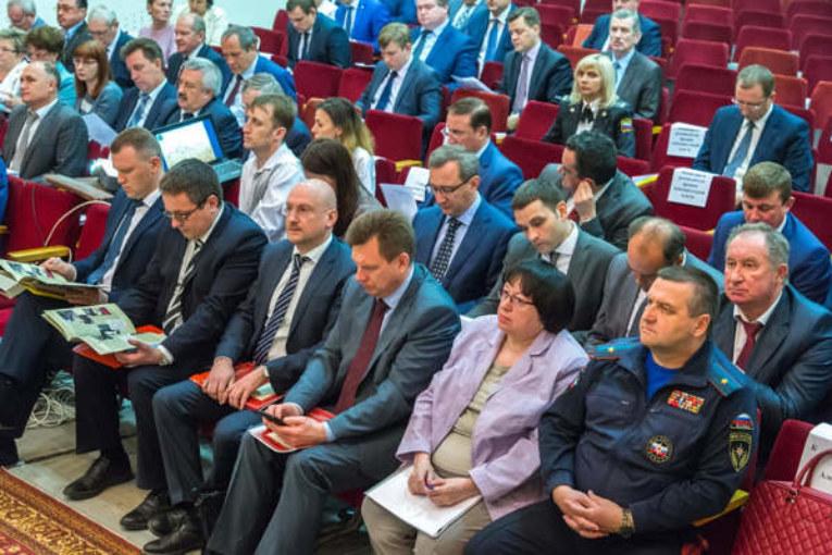 Анатолий Артамонов рекомендовал главам муниципалитетов повысить эффективность земельного контроля и активнее внедрять в сельхозпроизводство новейшие технологии
