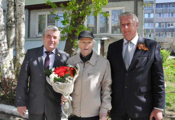 Первые лица района и города поздравили ветерана ипочетного гражданина г.Балабаново с Днем Победы