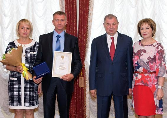 Анатолий Артамонов поздравил семейные пары области с Днем семьи, любви и верности