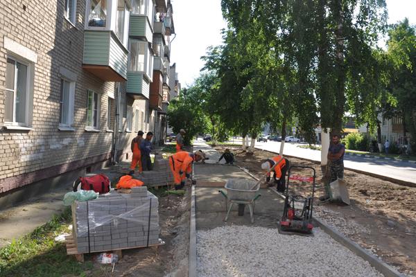 На ул.Лесной вдоль домов №№5-7 проводится ремонт пешеходной дорожки.