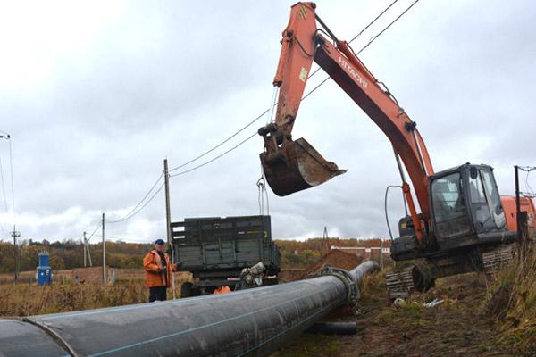 В Ермолине проводятся работы по замене напорного канализационного коллектора протяженностью 1200 метров