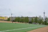 На городском стадионе идёт укладка искусственного покрытия футбольного поля
