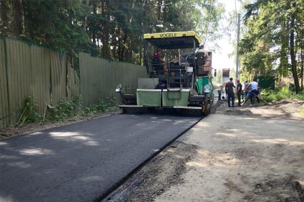 На улице Зелёная (микрорайон Дома отдыха) ведутся работы по укладке асфальтового покрытия