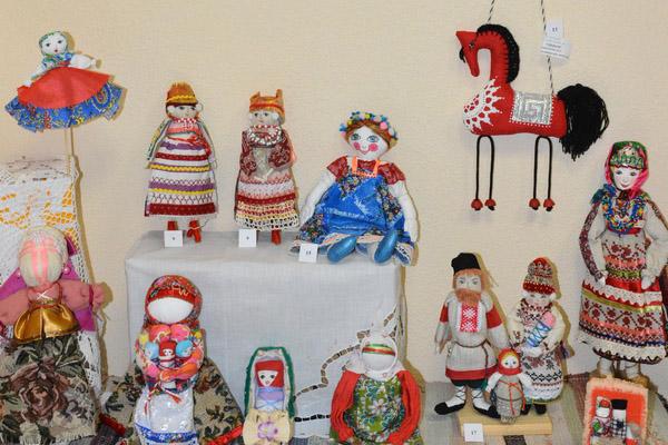 В балабановском городском музее в преддверии Дня семьи, любви и верности, который отмечается 8 июля, открылась выставка кукол ручной работы