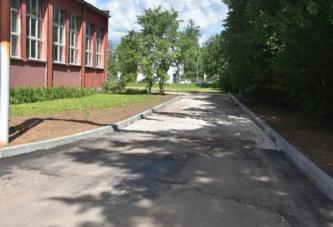 На территории балабановской школы №2 ведутся работы по укладке асфальтового покрытия