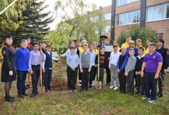 Учащиеся школы №4 и сотрудники ОМВД по Боровскому району присоединились к Всероссийской акции «Лес Победы» и высадили сегодня кленовую аллею рядом с образовательным учреждением